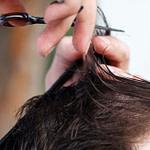 Die Haare Während Der Quarantäne Selber Schneiden? Unsere Autorin  – Frisuren Mit Wenig Haaren Männer