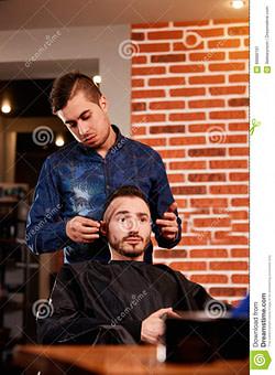 das beste Kämmendes Vorlagenhaar Von Männern Im Friseursalon, Friseur Macht