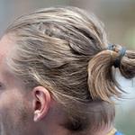 Man Bun – Der Herren Dutt: Männer, Lasst Euer Haar Herab! – Berlin  – Frisur Hinterkopf Mann