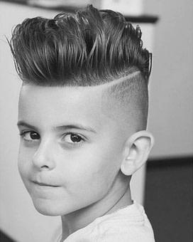 Cool in der Schule: 12 moderne Jungs Frisuren im Trend