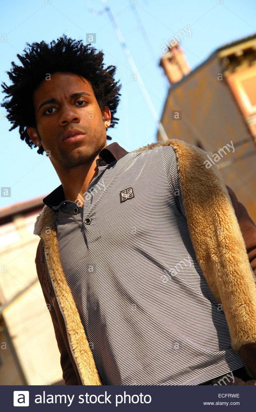 modern Porträt einer schönen jungen afrikanischen Mann auf der Straße