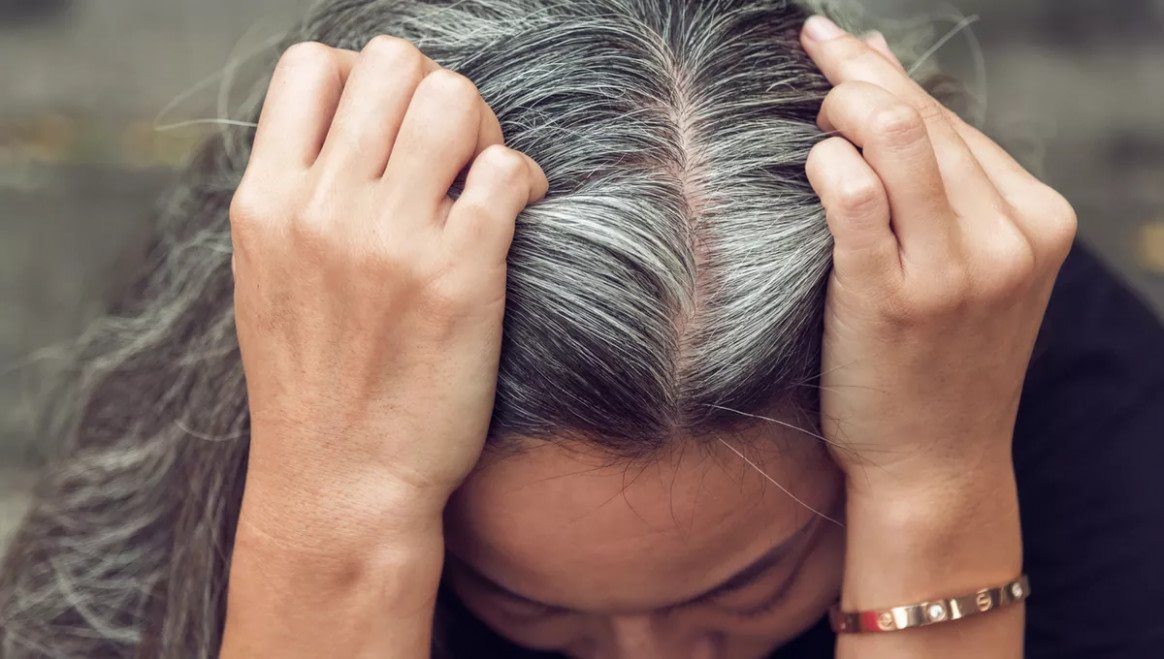 das beste Graue Haare mit 18: Was Haare zu früh grau macht und wie die Farbe  - frisuren mit wenig haaren männer